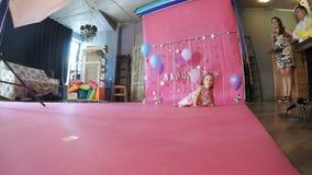 Het meisje van de Photoshootbaby 2 jaar stock videobeelden
