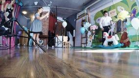 Het meisje van de Photoshootbaby 2 jaar stock footage
