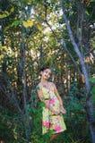 Het meisje van de portrettiener onder de bomen stock afbeelding