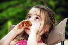 Het Meisje van de pretzel royalty-vrije stock afbeelding