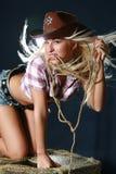 Het meisje van de rodeo in sheriffhoed Stock Foto