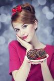 Het meisje van de roodharige met cakes voor St. de Dag van de Valentijnskaart. Royalty-vrije Stock Foto