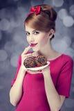 Het meisje van de roodharige met cakes voor St. de Dag van de Valentijnskaart. Stock Afbeelding