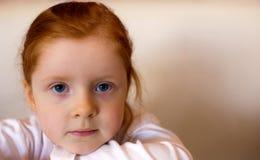 Het meisje van de roodharige met de ruimte van het exemplaardeeg Stock Foto's
