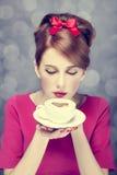 Het meisje van de roodharige met koffiekop. St. de Dag van de valentijnskaart. Stock Foto's