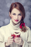 Het meisje van de roodharige met rode koffiekop. St. de Dag van de valentijnskaart Stock Fotografie