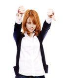 Het meisje van de roodharige toont hand slecht symbool. Royalty-vrije Stock Afbeeldingen