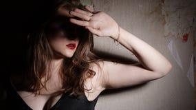 Het Meisje van de schoonheid en Muur Grunge Royalty-vrije Stock Foto's