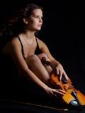 Het meisje van de schoonheid met viool onderzoekt de afstand Royalty-vrije Stock Afbeeldingen