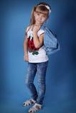 Het meisje van de schoonheid met wit draagt Stock Foto's