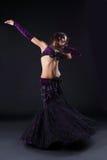 Het meisje van de schoonheid in oosters purper Arabisch kostuum Stock Fotografie