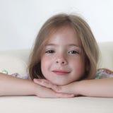 Het meisje van de schoonheid op bank Royalty-vrije Stock Afbeelding