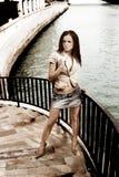 Het meisje van de schoonheid op de rivier Stock Foto's