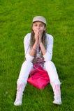 Het meisje van de schoonheid op gras Royalty-vrije Stock Foto's