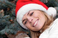 Het meisje van de schoonheid in santa rood GLB Stock Foto