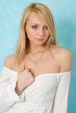 Het meisje van de schoonheid in wit overhemd. Royalty-vrije Stock Foto's