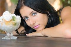 Het meisje van de schoonheid ziet op roomijs Royalty-vrije Stock Foto's