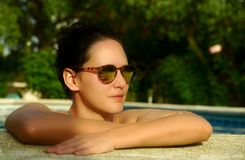 Het meisje van de schoonheid in zwembad stock afbeelding