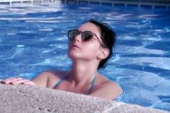 Het meisje van de schoonheid in zwembad stock foto