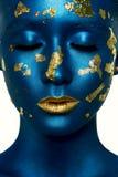 Het Meisje van de schoonheidsmanier met gesloten Ogen, blauwe Verf op Huid royalty-vrije stock foto