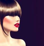 Het meisje van de schoonheidsmannequin met glamourkapsel stock foto