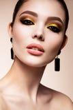 Het meisje van de schoonheidsmannequin met heldere make-up Stock Fotografie