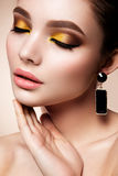Het meisje van de schoonheidsmannequin met heldere make-up Stock Foto