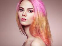 Het meisje van de schoonheidsmannequin met kleurrijk geverft haar royalty-vrije stock afbeelding