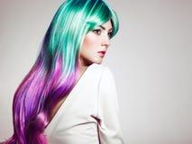 Het meisje van de schoonheidsmannequin met kleurrijk geverft haar stock fotografie