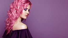 Het meisje van de schoonheidsmannequin met kleurrijk geverft haar royalty-vrije stock foto