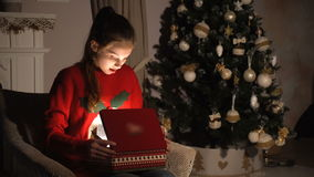 Het meisje van de schoonheidstiener het openen de doos van de Kerstmisgift met mirakellichten stock video
