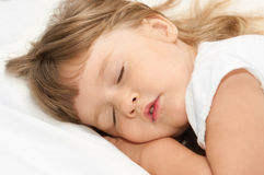 Het meisje van de slaap op bed Royalty-vrije Stock Fotografie