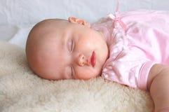 Het meisje van de slaapbaby Stock Foto's