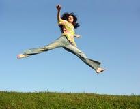 Het meisje van de sprong met haar op hemel royalty-vrije stock afbeeldingen