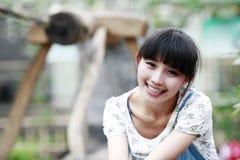 Het meisje van de stad in de landbouwbedrijfbinnenplaats. Stock Fotografie