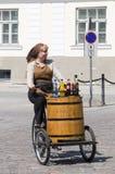 Het meisje van de straatventer het cirkelen Stock Foto's