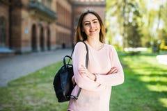 Het meisje van de student buiten in de zomerpark gelukkig glimlachen Kaukasische universiteit of universitaire student Jonge vrou Royalty-vrije Stock Foto's