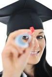 Het meisje van de student in een academische toga, Stock Foto's