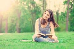 Het meisje van de student met boeken Stock Foto