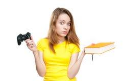 Het meisje van de student met gamepad en boek Stock Afbeelding