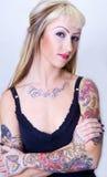Het Meisje van de tatoegering met Gekruiste Wapens Royalty-vrije Stock Foto's
