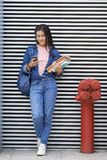 Het meisje van de Textingsuniversiteit Stock Afbeeldingen