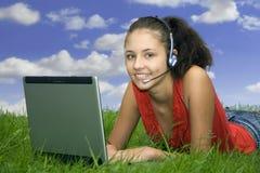 Het meisje van de tiener bij laptop stock foto