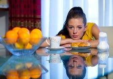 Het meisje van de tiener bij ontbijt Stock Afbeeldingen