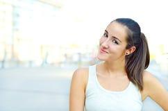 Het meisje van de tiener buiten in stad Stock Foto