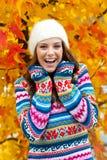 Het meisje van de tiener in de herfst royalty-vrije stock foto