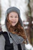 Het meisje van de tiener in een sneeuwpark stock afbeelding