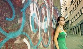 Het meisje van de tiener en graffitimuur Stock Foto's