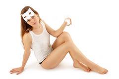Het meisje van de tiener het drinken melk met kattenmasker Stock Foto's