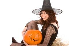 Het meisje van de tiener in het kostuum van Halloween met pompoen stock foto's